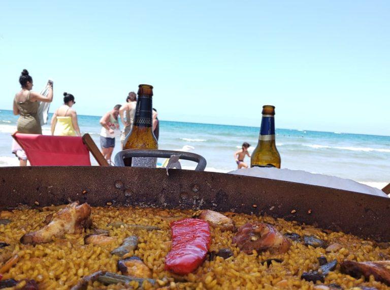 Paella na plazy Oliva